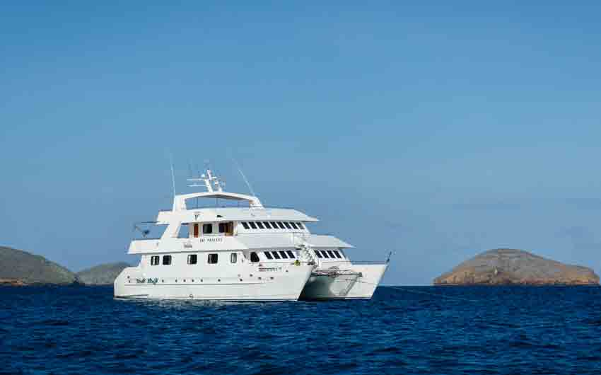 CRUISING THE GALAPAGOS ISLANDS - GALAPAGOS SEAMAN JOURNEY