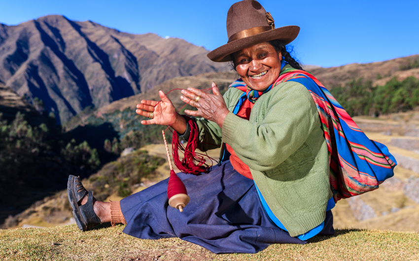 Wool spinning by hand, Sacred Valley
